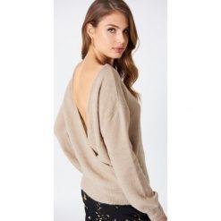 NA-KD Trend Dzianinowy sweter z kopertowym tyłem - Beige. Białe swetry klasyczne damskie marki NA-KD Trend, z nadrukiem, z jersey, z okrągłym kołnierzem. Za 121,95 zł.