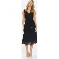 DŁUGA SUKIENKA Z PLISOWANYM DOŁEM. Niebieskie długie sukienki marki bonprix, z nadrukiem, na ramiączkach. Za 139,99 zł.