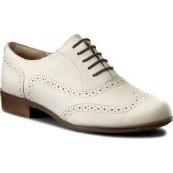 Oxfordy CLARKS - Hamble Oak 261228034 White Leather. Białe jazzówki damskie Clarks, z materiału, na obcasie. W wyprzedaży za 249,00 zł.