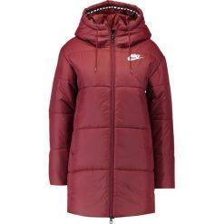 Nike Sportswear Płaszcz zimowy dark red. Czerwone płaszcze damskie pastelowe Nike Sportswear, na zimę, s, z materiału. W wyprzedaży za 374,25 zł.