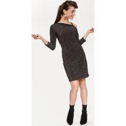 BŁYSZCZĄCA SUKIENKA ODKRYWAJĄCA RAMIĘ. Szare sukienki balowe Top Secret, na jesień, dopasowane. Za 149,99 zł.