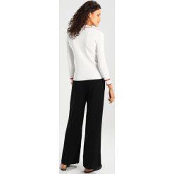 Swetry klasyczne damskie: JUST FEMALE EBBA Sweter bright white