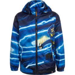 LEGO Wear BOY JAKOB 203  Kurtka przejściowa dark navy. Niebieskie kurtki chłopięce przejściowe marki LEGO Wear, z materiału. Za 339,00 zł.