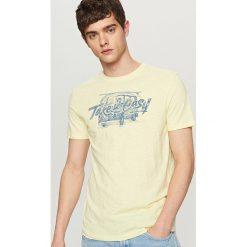 T-shirty męskie: T-shirt z wakacyjnym nadrukiem – Żółty