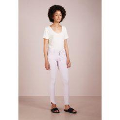 True Religion HALLE DYED LONG Jeans Skinny Fit lavender. Niebieskie boyfriendy damskie True Religion, z bawełny. Za 839,00 zł.