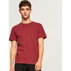 T-shirt ze strukturalnej bawełny - Bordowy. Czerwone t-shirty męskie Reserved, l, z bawełny. Za 49,99 zł.