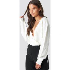 NA-KD Trend Sweter z kopertowym dekoltem - White. Białe swetry klasyczne damskie marki NA-KD Trend, z nadrukiem, z jersey, z okrągłym kołnierzem. Za 121,95 zł.