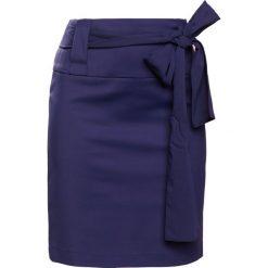 Patrizia Pepe GONNA SKIRT Spódnica ołówkowa  lapis blue. Niebieskie spódniczki ołówkowe marki Patrizia Pepe, z bawełny. W wyprzedaży za 417,45 zł.