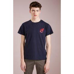 Band of Outsiders T SHIRT Tshirt z nadrukiem navy/red. Niebieskie koszulki polo Band of Outsiders, l, z nadrukiem, z bawełny. Za 359,00 zł.