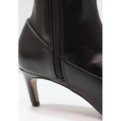 Topshop CRAWLER LEG Muszkieterki black. Czarne kowbojki damskie Topshop, z materiału. W wyprzedaży za 367,20 zł.