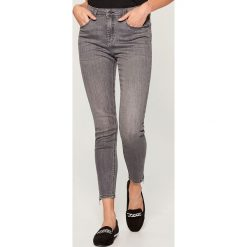 Jeansy skinny high waist - Szary. Czerwone jeansy damskie skinny marki Mohito, z bawełny. Za 119,99 zł.