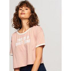 Krótki t-shirt z nadrukiem - Różowy. Czerwone t-shirty damskie Reserved, l, z nadrukiem. W wyprzedaży za 19,99 zł.