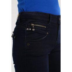 Freeman T. Porter Alexa High Jeansy Slim Fit shadow. Niebieskie jeansy damskie marki Freeman T. Porter. W wyprzedaży za 298,35 zł.