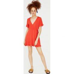 Kopertowa sukienka z krótkim rękawem. Czerwone sukienki mini Pull&Bear, z kopertowym dekoltem, z krótkim rękawem, kopertowe. Za 89,90 zł.