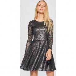 Koronkowa sukienka - Jasny szary. Szare sukienki koronkowe marki Cropp, l. Za 99,99 zł.