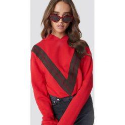 NA-KD Bluza z kapturem z nadrukiem V - Red. Szare bluzy z kapturem damskie marki NA-KD, z bawełny, z podwyższonym stanem. Za 181,95 zł.