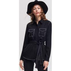 Koszula z kontrastowymi wykończeniami - Czarny. Czarne koszule damskie Reserved, z kontrastowym kołnierzykiem. Za 139,99 zł.