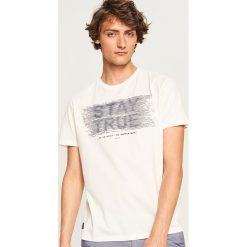 T-shirty męskie: T-shirt z nadrukiem stay true - Kremowy