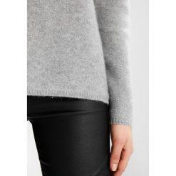 Swetry klasyczne damskie: YUMA Sweter grau
