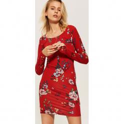 Dopasowana sukienka w kwiaty - Czerwony. Czerwone sukienki House, m, w kwiaty, dopasowane. W wyprzedaży za 39,99 zł.