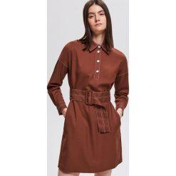 Sukienka z paskiem - Brązowy. Brązowe sukienki z falbanami marki Reserved. Za 179,99 zł.