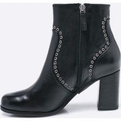 Tamaris - Botki. Czarne buty zimowe damskie Tamaris, z materiału, z okrągłym noskiem, na obcasie. W wyprzedaży za 219,90 zł.