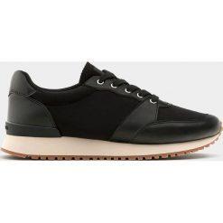 Czarne buty sportowe w miejskim stylu. Czarne buty sportowe męskie marki Pull&Bear, na obcasie. Za 139,00 zł.