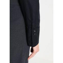 Seidensticker Koszula schwarz. Czarne koszule damskie Seidensticker, z bawełny, eleganckie, z koszulowym kołnierzykiem. Za 349,00 zł.