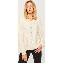 Sweter o grubym splocie - Kremowy. Białe swetry klasyczne damskie marki Reserved, l, z dzianiny. Za 139,99 zł.