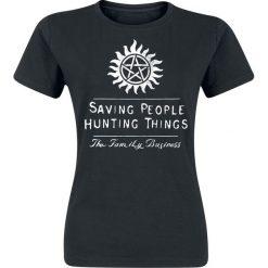 Supernatural Saving People Hunting Things Koszulka damska czarny. Czarne bluzki z odkrytymi ramionami Supernatural, s, z nadrukiem, z okrągłym kołnierzem. Za 54,90 zł.