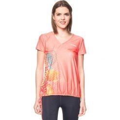Koszulka w kolorze brzoskwiniowym. Brązowe bluzki sportowe damskie Desigual Sport, s. W wyprzedaży za 130,95 zł.