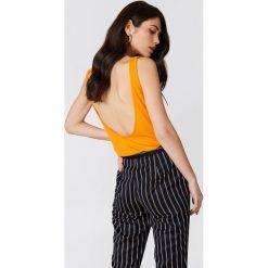 Podkoszulki damskie: NA-KD Trend Podkoszulek z głębokim dekoltem na plecach – Orange