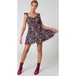 Sukienki: Boohoo Sukienka z falbanką i odkrytymi plecami - Black