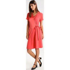 Strenesse DAVIDA Sukienka letnia coral. Pomarańczowe sukienki letnie marki Strenesse, z materiału. W wyprzedaży za 1007,40 zł.