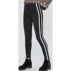 Jeansy high waist - Czarny. Czarne spodnie z wysokim stanem Cropp, z jeansu. Za 119,99 zł.