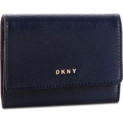 Mały Portfel Damski DKNY - Bryant Card Case Id R82Z3503 Navy NVY 410. Niebieskie portfele damskie DKNY, ze skóry. Za 289,00 zł.
