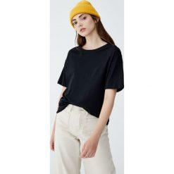 Luźna koszulka basic. Czarne t-shirty damskie Pull&Bear. Za 39,90 zł.