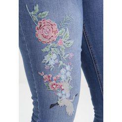 Dorothy Perkins Curve EMBROIDERED Jeans Skinny Fit mid wash. Niebieskie jeansy damskie Dorothy Perkins Curve, z bawełny. W wyprzedaży za 167,20 zł.