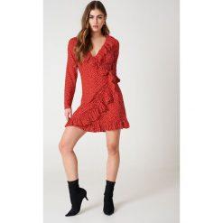 NA-KD Boho Sukienka w groszki - Red. Czerwone sukienki boho marki NA-KD Boho, w grochy, z poliesteru, z kopertowym dekoltem, z długim rękawem, mini, kopertowe. Za 202,95 zł.
