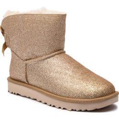 Buty UGG - W Mini Bailey Bow Sparkle 1100053 W/Gold. Szare buty zimowe damskie marki Ugg, z materiału, z okrągłym noskiem. Za 879,00 zł.