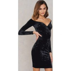Sukienki hiszpanki: NA-KD Party Aksamitna sukienka z odkrytymi ramionami – Black