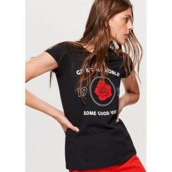 Koszulka z napisem - Czarny. Czarne t-shirty damskie marki One Piece, s, z nadrukiem, z dekoltem w łódkę. Za 19,99 zł.