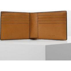 Coach SPORT COMPACT ID WALLET Portfel caramel. Czarne portfele męskie marki Coach. W wyprzedaży za 573,30 zł.