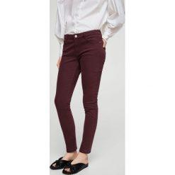 Mango - Jeansy Paty1. Szare jeansy damskie Mango, z bawełny, z obniżonym stanem. W wyprzedaży za 44,90 zł.