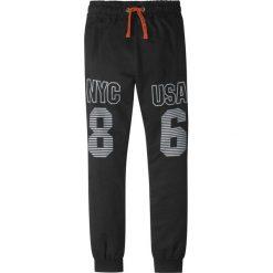 Spodnie dresowe z nadrukiem bonprix czarny z nadrukiem. Czarne dresy chłopięce bonprix, z nadrukiem, z dresówki. Za 49,99 zł.