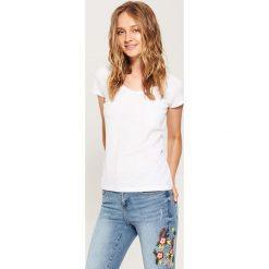 T-shirty damskie: T-shirt basic z kieszonką – Biały