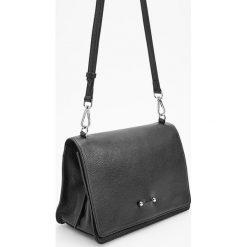 Skórzana torebka z ozdobnym zapięciem - Czarny. Czarne torebki klasyczne damskie marki Reserved. Za 349,99 zł.