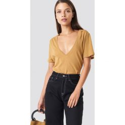NA-KD Basic T-shirt z dekoltem V - Brown. Różowe t-shirty damskie marki NA-KD Basic, z bawełny. W wyprzedaży za 24,57 zł.