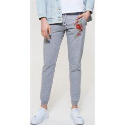 Spodnie dresowe damskie: Dresowe spodnie z haftem – Jasny szar
