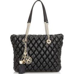 Czarna torebka do ręki damska. Czarne torebki klasyczne damskie Kazar, ze skóry, duże, pikowane, z breloczkiem. Za 1099,00 zł.